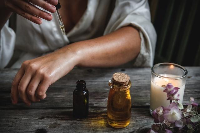 最近、美容オイルをスキンケアに取り入れる「オイル美容」が注目されており、海外のセレブの間でも密かにブームになっているんです!