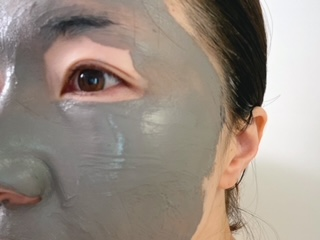 (2)目、口周りを避けて顔全体に塗る